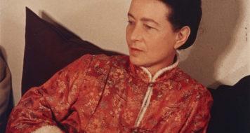 Simone de Beauvoir em 1952, fotografada por Gisèle Freund, famosa por seus retratos de escritores e artistas