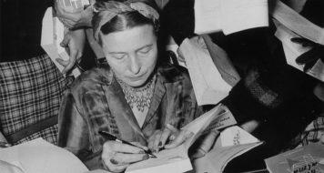 Autografando livros em sua passagem pelo Brasil, em 1960; junto de Sartre, percorreu as principais capitais e parte do interior