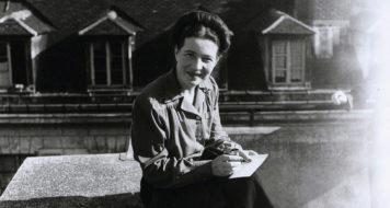 Simone de Beauvoir em Paris, 1946 (Foto Denise Bellon / Divulgação)