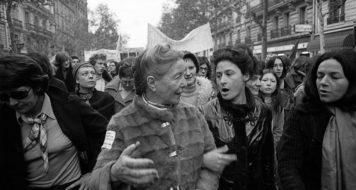 Simone de Beauvoir com a filha adotiva Sylvie Le Bon, em manifestação do Movimento de Libertação das Mulheres (MLF) pelo acesso gratuito ao aborto e a contraceptivos, em Paris, 1971
