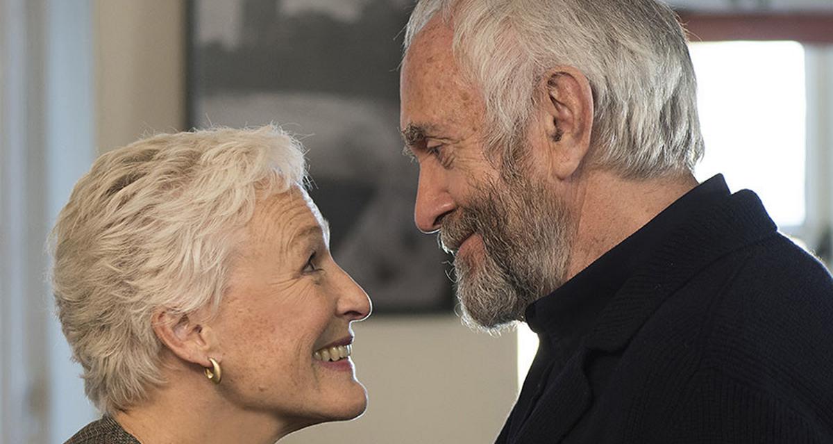 Joan Castleman (Glenn Close) e Joe (Jonathan Pryce) em A esposa (Divulgação)