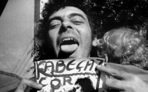 """Glauber Rocha com um cartaz do filme """"Cabeças Cortadas"""", 1970 (Divulgação)"""