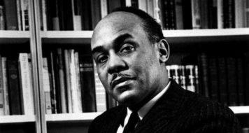O crítico literário Ralph Ellison, em 1960 (Foto Agência de Informações dos Estados Unidos)