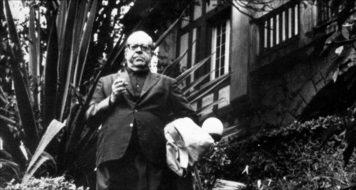 O historiador Sérgio Buarque de Hollanda na entrada de sua casa na Rua Buri, em São Paulo (Acervo Família Buarque de Hollanda)