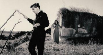 Nas filmagens de Fronteiras do inferno, em 1959, com a atriz Bábara Fazio, ao fundo (Acervo família Khouri)