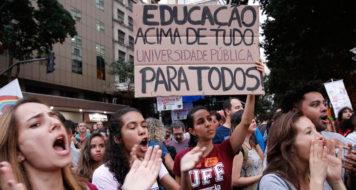 Estudantes e professores de institutos federais e universidades fazem manifestação na Avenida Presidente Vargas em protesto contra o bloqueio de verbas da educação (Fernando Frazão/Agência Brasil)