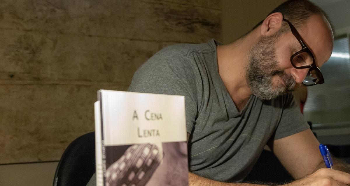 A cena lenta: sobre o livro de Cláudio Oliveira