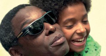 Anelis abraça o pai, Itamar Assumpção, que usa seu indefectível óculos futurista