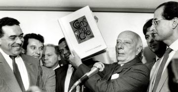 o presidente da Assembleia Nacional Constituinte, deputado Ulysses Guimarães (PMDB-SP), declara promulgado o texto de 1988