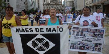Rio de Janeiro - Mães e familiares de jovens negros mortos por policiais protestam contra a violência com ativistas da Anistia Internacional em frente à Igreja da Candelária (Fernando Frazão/Agência Brasil)