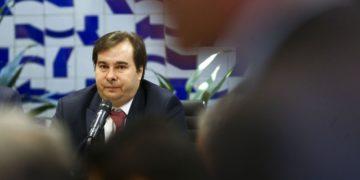 O presidente da Câmara dos Deputados, Rodrigo Maia, coordena reunião de líderes partidários.