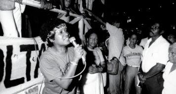 Ato público na Cinelândia, Rio de Janeiro, em 1983. Lélia discursa pelo Movimento Negro Unificado (MNU)