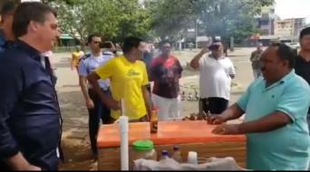 Bolsonaro conversa com um vendedor de churrasquinho em Taguatinga (DF)