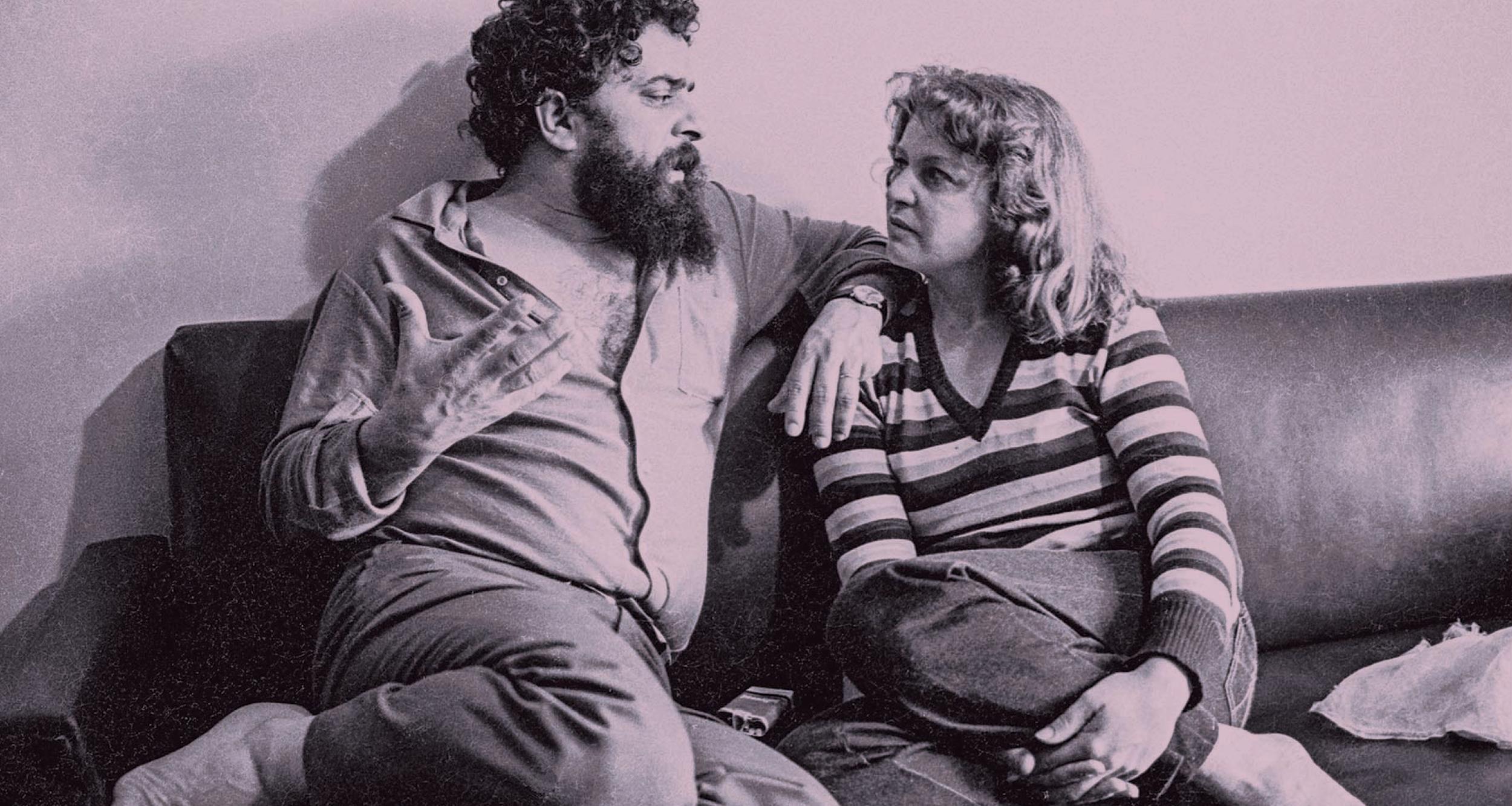 Em casa, descalços e à vontade, em 1981. Foto: Juca Martins.