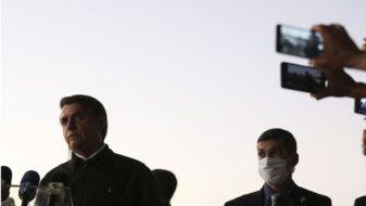 O presidente Jair Bolsonaro, cumprimenta populares e fala à imprensa no Palácio da Alvorada