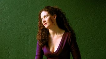 """SAO PAULO, 21 DE MAIO DE 2007, Beatriz Azevedo, musica, poeta, atriz, e agora dirige peca de teatro """"Matamoros"""" com Maria Alice Vergueiro. (Foto: Julia Moraes / Folha Imagem) ILUSTRADA"""
