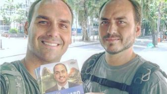Eduardo e Carlos Bolsonaro (reproducao-facebook)