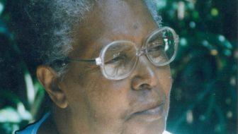 Ruth na chácara herdade dos avós, em Cachoeira Paulista. Sob essas árvores, escreveu grande parte de sua obra.