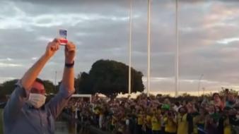Bolsonaro exibe cloroquina a apoiadores