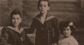 Walter Benjamin entre o irmão, Georg, e a irmã, Dora, por volta de 1905