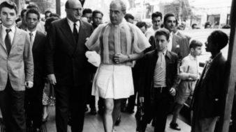Flávio de Carvalho andando nas ruas de São Paulo de minissaia em 1956 (Foto: Reprodução)